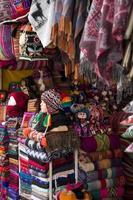 Coloridas telas tradicionales peruanas en el mercado. foto