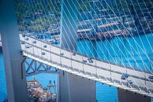 Vista aérea de los coches en el puente dorado en Vladivostok, Rusia foto