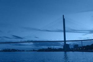Paisaje urbano del puente dorado y la bahía del cuerno dorado en vladivostok, rusia foto
