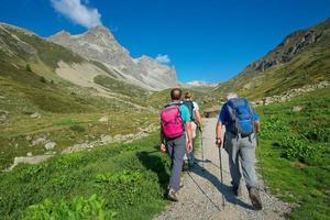 Grupo de excursionistas ancianos jubilados durante una caminata en las montañas foto