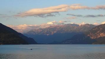 lasso di tempo vista lago di Thun e Alpi svizzere nella città di Spiez, Svizzera video