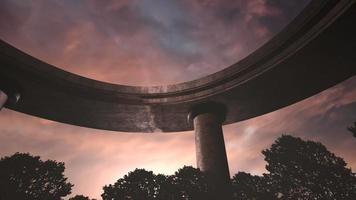 panorama van stadslandschap met brug voor auto's en park in zomerdag video