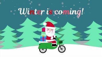 closeup animado inverno está chegando texto e papai noel em motocicleta na floresta de neve, plano de fundo do feriado