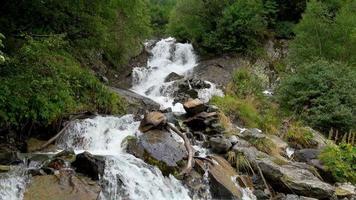 ver cenas de cachoeira em montanhas, parque nacional dombai, cáucaso, rússia