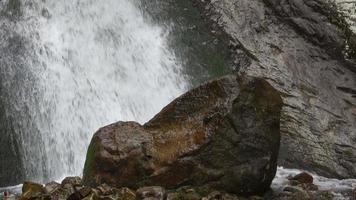Betrachten Sie Wasserfallszenen in Bergen, Nationalpark Dombai, Kaukasus, Russland video