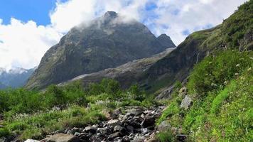 Betrachten Sie Gebirgsszenen im Nationalpark Dombai, Kaukasus, Russland