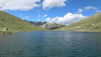 schilderachtig uitzicht op de top van de bergen en het meer in de Zwitserse Alpen