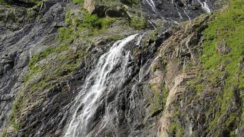 ver cenas de cachoeira em montanhas, parque nacional dombay, cáucaso, rússia