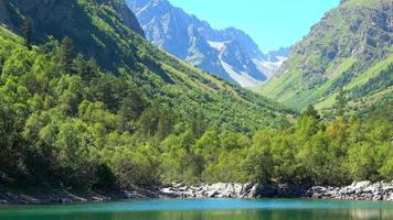 visa sjön scener i berg, nationalpark Dombai, Kaukasus, Ryssland