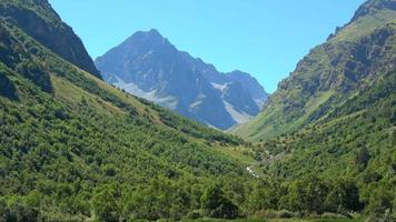 Ver escenas del lago en las montañas, el parque nacional de Dombai, Cáucaso, Rusia, Europa