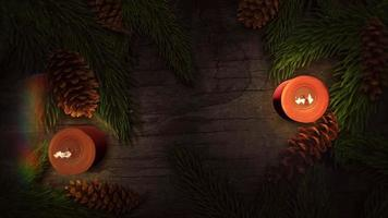 animierte Nahaufnahmeweihnachtskerze und grüne Äste auf Holzhintergrund