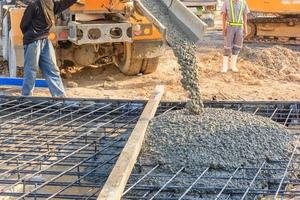 Vertido de hormigón durante el hormigonado comercial de suelos de edificios en obra