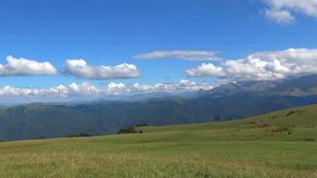 bergscènes en vallei in nationaal park van dombay, de kaukasus, rusland