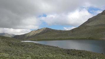meer scènes in bergen, nationaal park Dombai, Kaukasus, Rusland, Europa video
