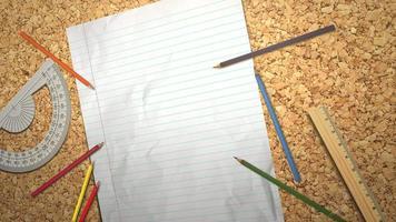 closeup tabela de aluno com caderno e lápis, fundo de escola