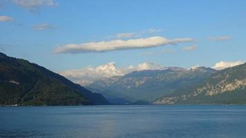 time-lapse uitzicht op het meer van Thun en de Zwitserse Alpen in de stad Spiez, Zwitserland