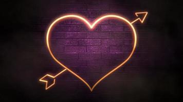 animação closeup movimento grande néon romântico coração e seta no fundo da parede, feriado do dia dos namorados video