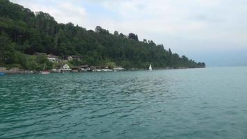 bekijk het meer van Thun en de bergen van de Zwitserse Alpen