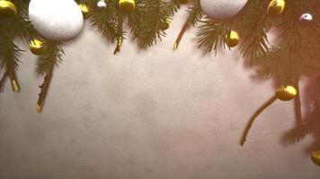 closeup animado bola branca e amarela, ramos verdes de natal em fundo de neve video