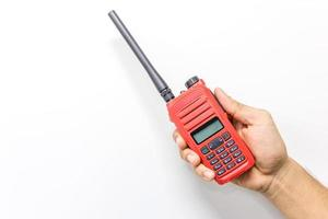 Walkie talkie de mano rojo, aislado en un fondo blanco con espacio de copia y texto