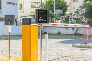 sistema automático de puerta de barrera para la seguridad en el estacionamiento de automóviles foto