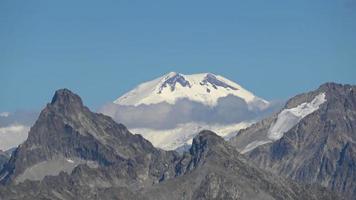 Voir des scènes de montagnes dans le parc national de Dombai, Caucase, Russie