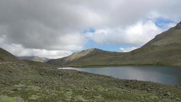 bekijk meer scènes in bergen, nationaal park dombai, kaukasus, rusland