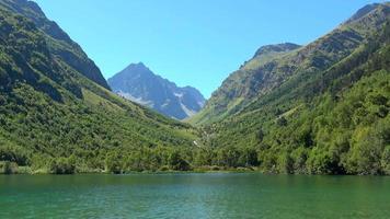 voir les scènes de lac dans les montagnes, parc national dombai, caucase, russie
