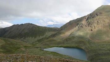 cenas do lago timelapse em montanhas com belas nuvens se movendo rapidamente