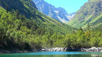 Voir des scènes de lac dans les montagnes, le parc national de Dombai, Caucase, Russie, Europe