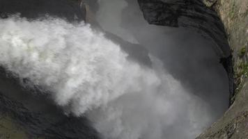 ver as cachoeiras de trummelbach nas montanhas, vale das cachoeiras na cidade de lauterbrunnen