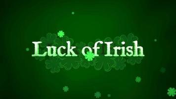 animering närbild lycka till irländsk text och rörelse små gröna shamrocks med abstrakta linjer på saint patrick day blank bakgrund