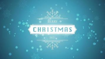 closeup animado feliz natal e texto de 2021, floco de neve branco e glitter em fundo azul de neve
