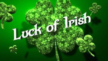 animação closeup sorte de texto irlandês e movimento grandes trevos verdes sobre fundo verde do dia de São Patrício video