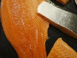 Close-up de filete de salmón fresco crudo en el mercado