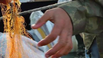 pescador y pelícanos video