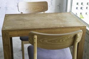 mesa y sillas de madera foto
