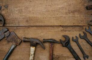 Colección de herramientas de mano para trabajar la madera en un banco de trabajo de madera rugosa foto