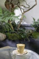 café con leche caliente por la mañana en un café foto