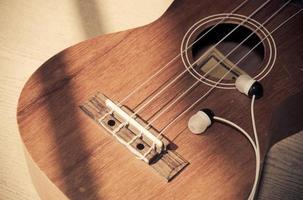 earpods con un ukelele