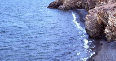 falésias oceânicas e respingos de ondas batendo nas rochas video