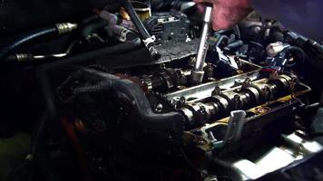 conserto de tampa de válvula em oficina automotiva