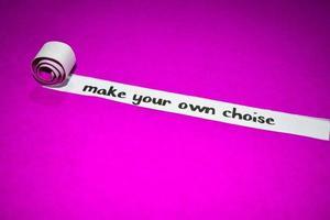 haga su propio texto de elección, inspiración, motivación y concepto de negocio en papel rasgado violeta foto