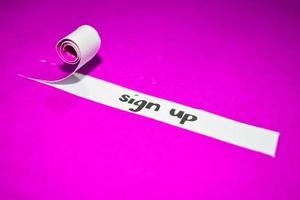 Regístrese texto, inspiración, motivación y concepto de negocio en papel rasgado púrpura