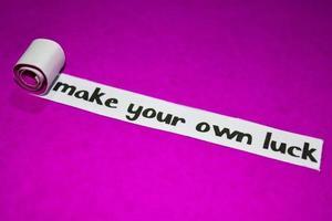 Haga su propio texto de suerte, inspiración, motivación y concepto de negocio en papel rasgado púrpura foto