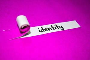 texto de identidad, inspiración, motivación y concepto de negocio en papel rasgado púrpura