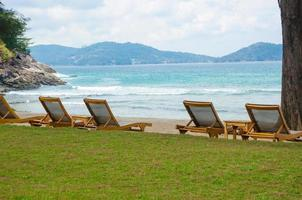 sillas de playa en la playa foto