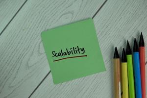 Escalabilidad escrito en nota adhesiva aislado sobre mesa de madera