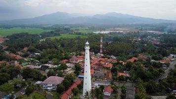 Banten, Indonesia 2021: vista aérea del paisaje al atardecer de la roca del mar del faro