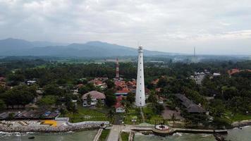 banten, indonesia 2021 - vista aérea del paisaje de la puesta del sol de la roca del mar del faro